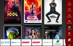 Xem các trailer phim trên màn hình giải trí trong xe taxi của Saga Media